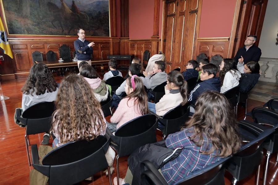 Lousã: Alunos de turma de Cidadania da Escola Básica recebidos no edifício dos Paços do Concelho