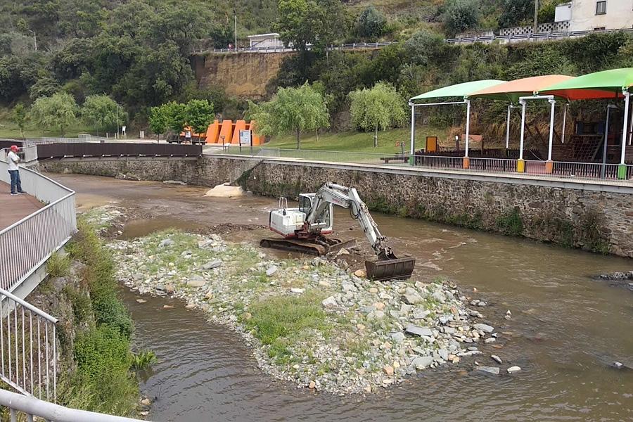 Pampilhosa da Serra limpa o leito do Rio Unhais e reabilita estrada municipal entre Esteiro e Janeiro de Baixo